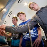 Schüler im InfoTruck der Metall- und Elektroindustrie