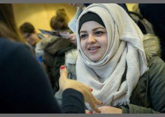 Auch junge Frauen waren unter den Interessenten der Ausbildungsmesse.