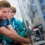 Schüler im M+E-InfoTruck