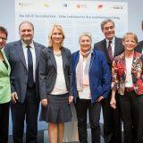 Manuela Schwesig unterzeichnete das Memorandum gemeinsam mit den Vertreterinnen und Vertretern aus Wirtschaft, Politik und Gewerkschaften