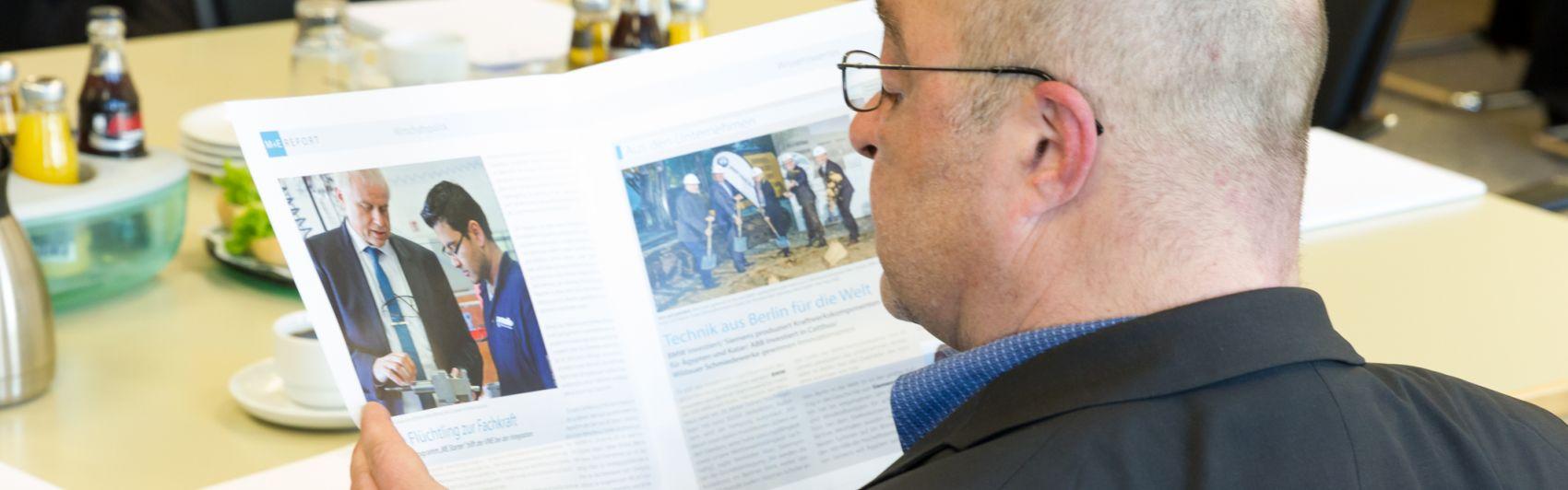 Ein Redakteur liest den aktuellen ME-Report 1/2016